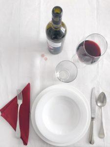 Macchia di vino su tovaglia bianca